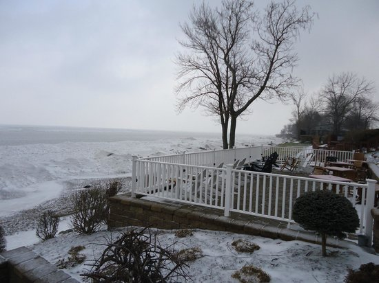 The Lakehouse Inn : lake
