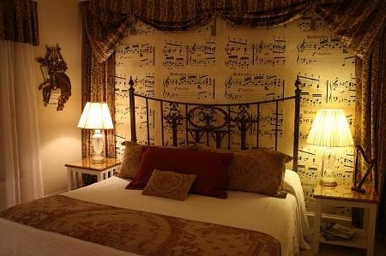 Red Rocker Inn: The beautiful and elegant Music Room offers comfortable first floor convenience.