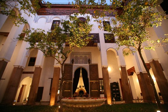 Riad Laaroussa Hotel and Spa: Courtyard at dusk