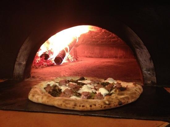 Pizzeria O'Scugnizzo : una delle mie preferite... salsiccia, friarielli e provola!