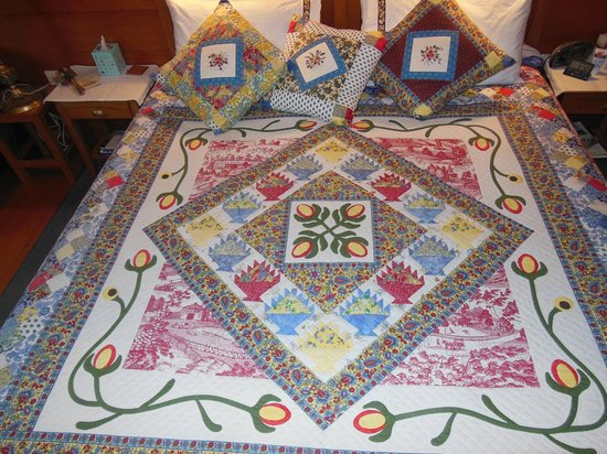 Ounuwhao Harding House: another view of the quilt on our bed