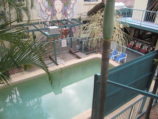 Sleeping Inn Backpackers: Pool side