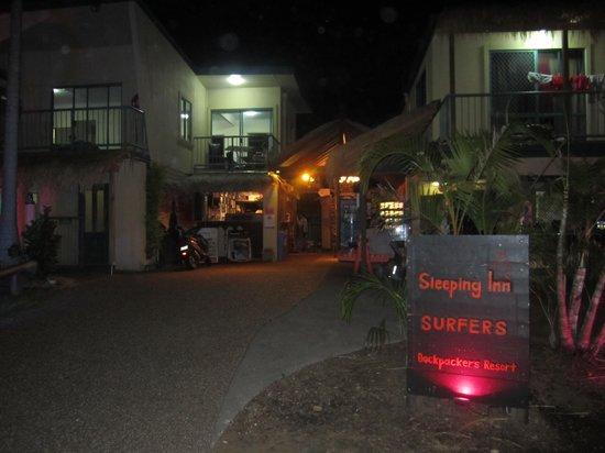 Sleeping Inn Backpackers: Entrance at night