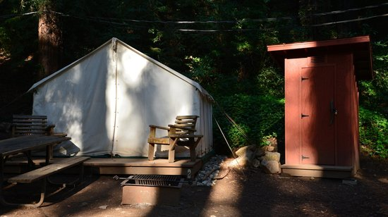 Fernwood Resort: Out House in between Adventure Tents 2 & 3
