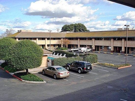 Motel 6 Oakdale: MExterior3
