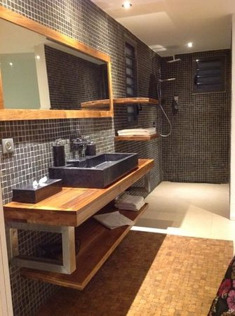 La Toubana Hotel & Spa: grande salle de bain avec dressing et toilettes suspendues sur la droite