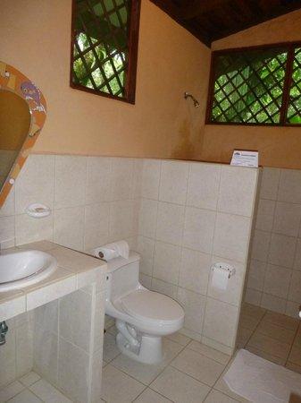 Laguna Lodge Tortuguero: Baño pequeño pero limpio.