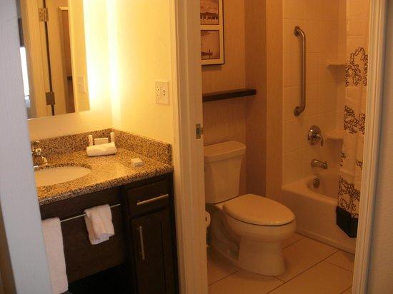 Residence Inn Springfield South: bathroom- door between sink and toilet, shower area