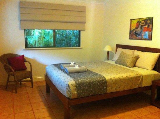 Cocos Beach Bungalows: Queen bedroom
