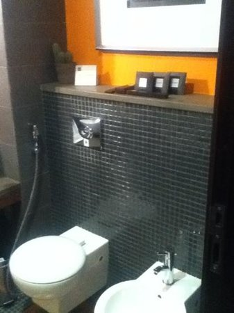 Hues Boutique Hotel: toilet
