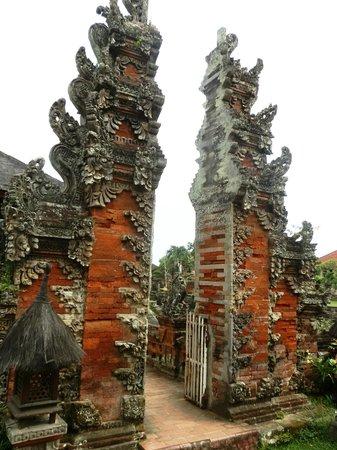 Taman Gili and Museum Daerah Semarapura: gate leading to the Kertha Gosa