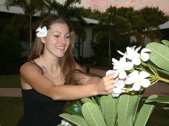 Cocos Beach Bungalows: Guest enjoying the garden