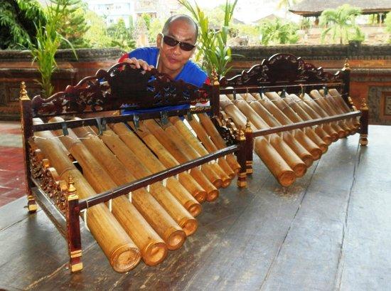 Taman Gili and Museum Daerah Semarapura: trying some traditional idiophones at the museum