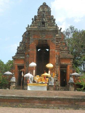 Taman Gili and Museum Daerah Semarapura: A Hindu shrine inside the compound, just beside the Museum