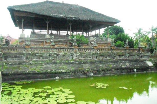 Taman Gili and Museum Daerah Semarapura: The Kertha Gosa seems like floating on a lotus pond