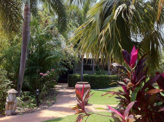Cocos Beach Bungalows: Resort gardens