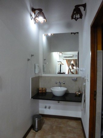 Petit Hotel Si Mi Capitan: Sink is outside in the room - Great idea!