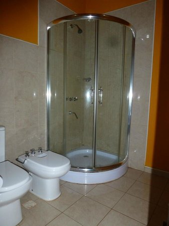 Petit Hotel Si Mi Capitan: Spacious bathroom with bidet