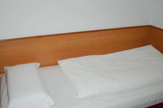 Hotel Montree: The hostel-like  but surprisingly comfy bed!