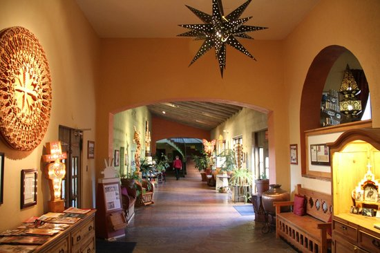 La Posada Hotel : Hallway leading to West wing guest rooms