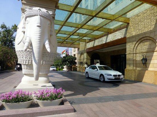 The Leela Palace New Delhi: Hotel Entrance
