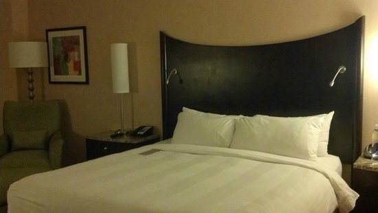 Renaissance Raleigh North Hills Hotel: Very comfortable bed.