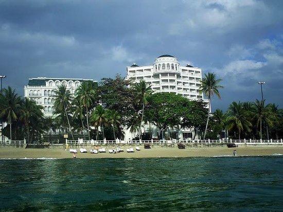 Sunrise Nha Trang Beach Hotel & Spa: Отель, вид с моря