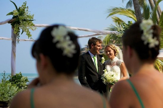 Cape Panwa Hotel: Wedding march 2013 when all of the sunbathers on the beach went quiet to observe the beautiful w