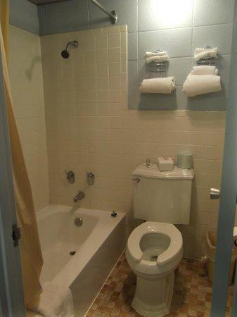 Gaido's Seaside Inn: Bathroom