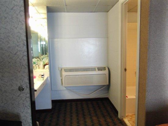 Gaido's Seaside Inn: sink area across from bathroom