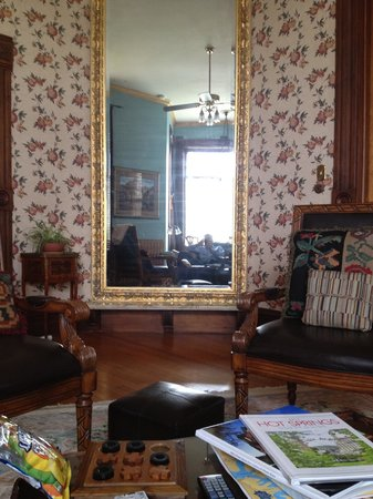 1890 Williams House Inn: Huge mirror!