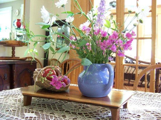 Snug Hollow Farm Bed & Breakfast: Mountain wildflowers in the dining room