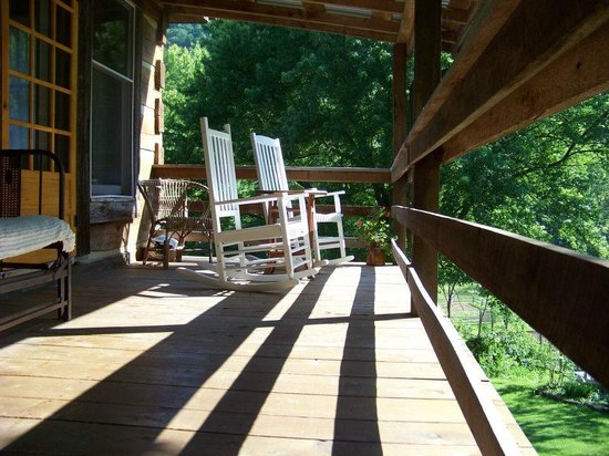 Snug Hollow Farm Bed & Breakfast: Relaxing rockers on the Pearl room's private porch
