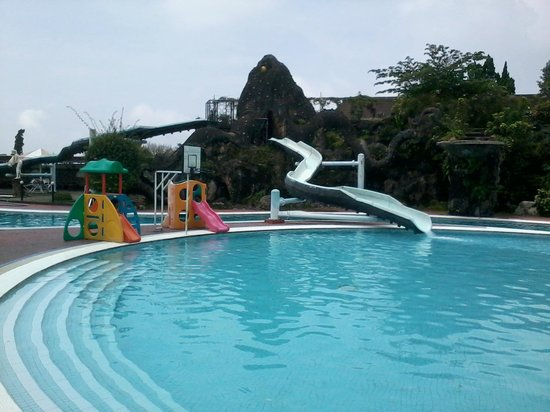 Surya Hotel and Cottages Prigen : Pools With Water Slides