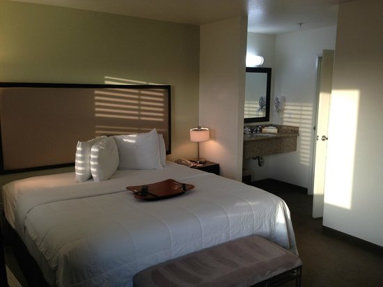 Hawthorn Suites by Wyndham Victorville: Another view of my room