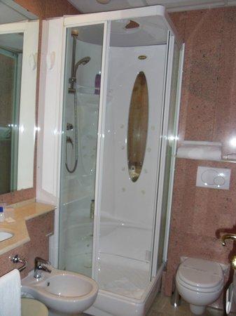 Montecarlo Hotel: shower