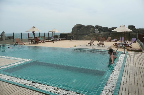 Thaproban Pavilion Resort and Spa : Pool looking out to the rocky beach