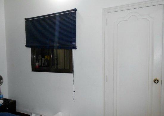 PitStop Hostel: ventana de la habitación