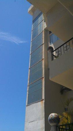 بلو تشيرز ريزورت باي ذا سي: vista externa del elevador de PB a 7o piso