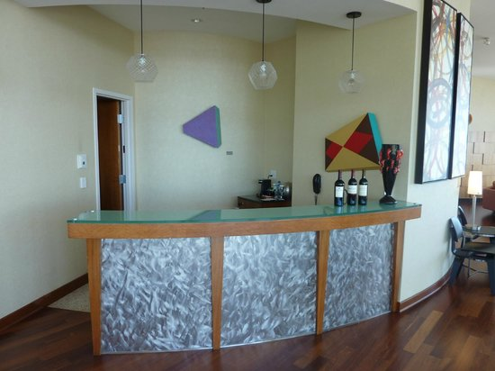 Loews Hollywood Hotel: Bar in the panorama suite