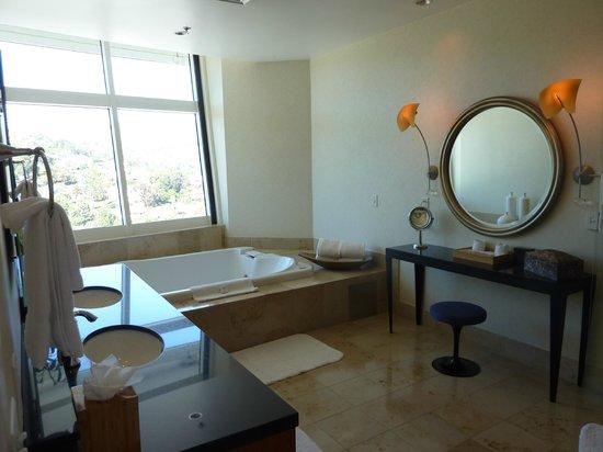 Loews Hollywood Hotel: Bathroom in the Panorama suite