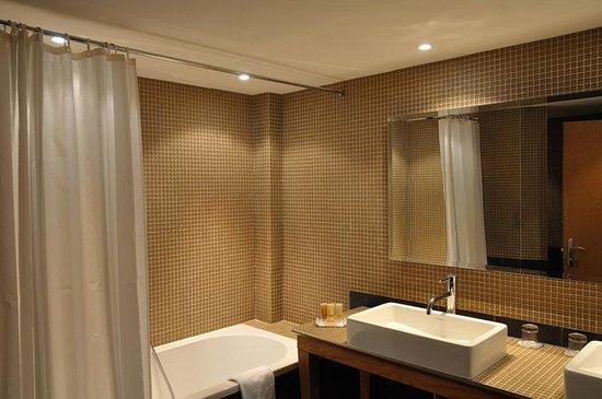 Holiday Inn Cannes : Guest Bathroom