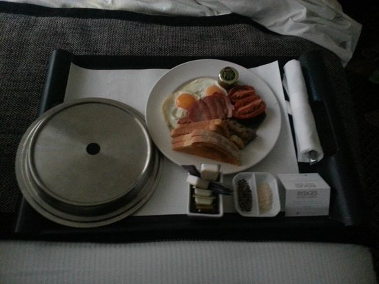Rydges World Square Sydney Hotel: Breakfast in bed