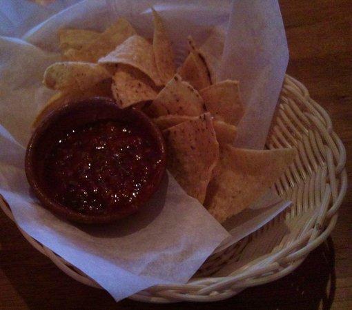 Quilas Mexican Restaurant: SPICY salsa, warm nachos