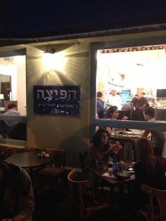 Ha'pizza: Voorkant restaurant met zicht naar de keuken