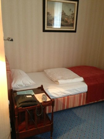"Hotel Schlicker ""Zum Goldenen Löwen"": Small but cozy single bed."
