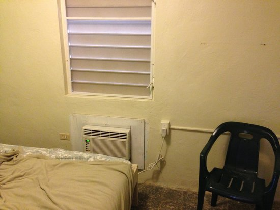 Hotel Kokomo: Room 4. Bugs come in around the a/c 24/7!!
