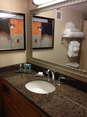 Hilton Sacramento Arden West: Bathroom executive floor