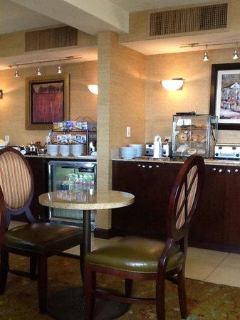 Hilton Sacramento Arden West: Executive lounge