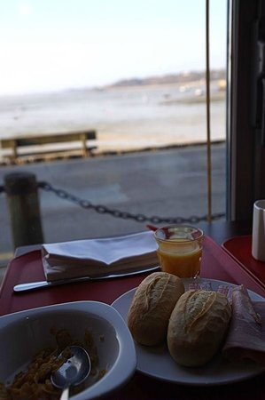 La Mere Champlain Hotel Restaurant : Lots of choice for breakfast and pleasant views.